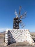 Sechs rechteckige weibliche Windmühle des Flügels auf der Kanarischen Insel Lizenzfreies Stockbild
