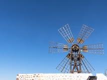 Sechs rechteckige weibliche Windmühle des Flügels auf der Kanarischen Insel Stockfotografie