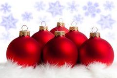 Sechs rote Weihnachtsbaumkugeln Lizenzfreie Stockbilder