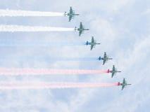 Sechs russische Flagge des abgehobenen Betrages Su-25 im Himmel Lizenzfreies Stockfoto