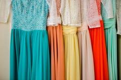 Sechs schöne Kleider gehangen lizenzfreies stockbild