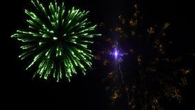Sechs Schüsse von Feuerwerken auf dem schwarzen Hintergrund stock video footage