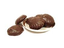 Sechs Schokoladenschokoladenkuchen auf einer Platte über weißem Hintergrund Stockfoto
