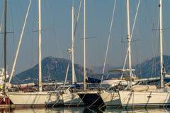 Sechs Segelboote in einem Hafen Stockfotos