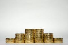 Sechs Stapel Münzen, die symmetrisch Höhe auf einem weißen Hintergrund, pockennarbige Stände am Rand des Russen 10 Rubel erhöhen Lizenzfreies Stockbild