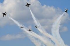 Sechs Thunderbird-Strahlen in den Anordnungs-Manövern Stockbilder