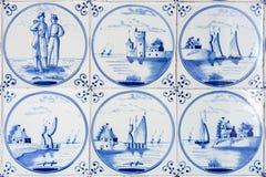 Sechs typische blaue Delft-Fliesen stockfotografie