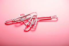 Sechs Verbindungselemente im rosafarbenen backround Lizenzfreie Stockfotos