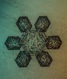 Sechs versah wirkliche Schneeflocke im weißen Hintergrund mit Seiten Stockfoto