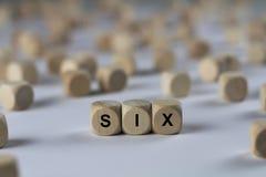 Sechs - Würfel mit Buchstaben, Zeichen mit hölzernen Würfeln Lizenzfreie Stockfotos