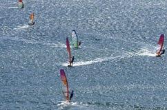 Sechs Windsurfers fahren auf die Oberfläche des Mittelmeeres Stockfoto