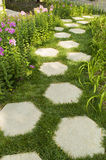 Sechseckiger Steinweg im Garten Stockfotos