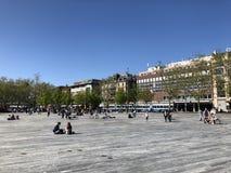 Sechselaeutenplatz oder Sechselautenplatz - Platz f?r die Entspannung zwischen Bellevue und Z?richs Opernhaus lizenzfreie stockfotografie