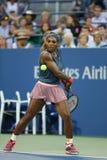 Sechzehnmal Grand Slam-Meister Serena Williams während der Erstrunde verdoppelt Match mit Mannschaftskameraden Venus Williams an  Stockfoto