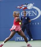 Sechzehnmal Grand Slam-Meister Serena Williams während ihres dritten Rundenmatches an US Open 2013 gegen Yaroslava Shvedova Lizenzfreie Stockfotos