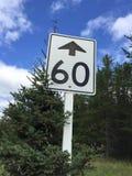 Sechzig Kilometer pro Stunden-Geschwindigkeits-Zeichen voran Stockfotografie