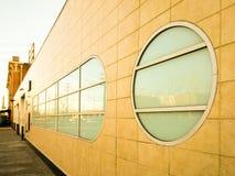 sechziger Jahre Retro- Gebäude mit Fenstern Stockfotos