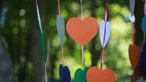 Seco cortada papel de los corazones en cuerda almacen de metraje de vídeo