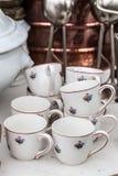 Seconda mano o 60s che guarda le tazze di caffè sulla vendita Fotografie Stock