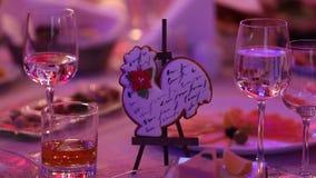 Secouez avec les casse-croûte, le cocktail, les casse-croûte et l'alcool au buffet, boissons sur la table, gourmet, à l'intérieur banque de vidéos