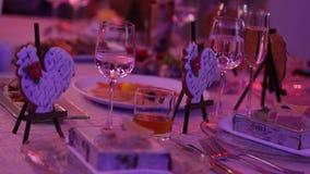 Secouez avec les casse-croûte, le cocktail, les casse-croûte et l'alcool au buffet, boissons sur la table, gourmet, à l'intérieur clips vidéos