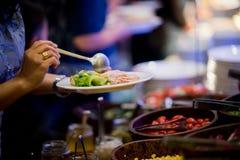 Secouez la nourriture, la partie de approvisionnement de nourriture au restaurant, les mini canapes, les casse-croûte et les apér images libres de droits