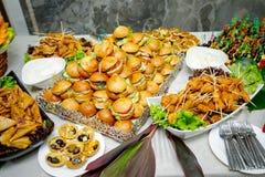 Secouez la table avec de mini hamburgers, apéritifs et casse-croûte images stock
