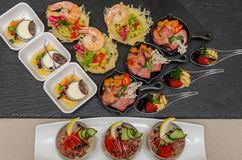 Secouez la table avec des apéritifs dans un restaurant avec le krudite, le guacamel, le ceviche, la thonine, le caviar, les creve photo libre de droits