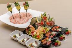 Secouez la table avec des apéritifs dans un restaurant avec le krudite, le guacamel, le ceviche, la thonine, le caviar, les creve image libre de droits