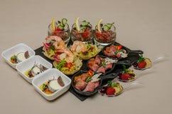 Secouez la table avec des apéritifs dans un restaurant avec le krudite, le guacamel, le ceviche, la thonine, le caviar, les creve images libres de droits