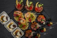 Secouez la table avec des apéritifs dans un restaurant avec le krudite, le guacamel, le ceviche, la thonine, le caviar, les creve photographie stock libre de droits