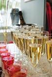 Secouez la table avec des casse-croûte, des gâteaux, des boissons et le champagne champagne de glissière sur le fond image libre de droits