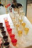 Secouez la table avec des casse-croûte, des gâteaux, des boissons et le champagne champagne de glissière sur le fond image stock