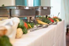 Secouez la table avec la nourriture chaude photo libre de droits