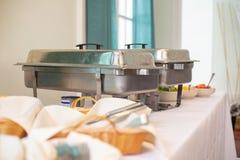 Secouez la table avec la nourriture chaude photo stock