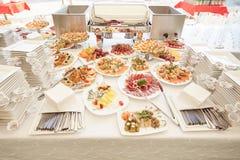 Secouez la table avec un grand choix de plats dans le restaurant photographie stock libre de droits