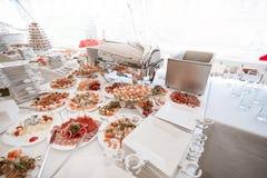 Secouez la table avec un grand choix de plats dans le restaurant photo libre de droits
