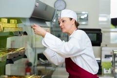 Secouez le main-d'?uvre f?minine en nourriture de service photos stock
