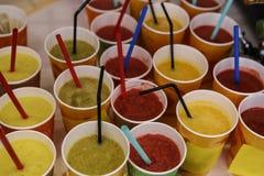 Secousse de fruit smoothy de Vegan sur le marché d'aliment biologique photographie stock libre de droits