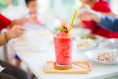 Secousse de Juice Strawberry sur la table blanche dans le restaurant photos stock