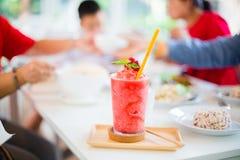 Secousse de Juice Strawberry sur la table blanche dans le restaurant image libre de droits