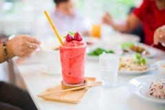 Secousse de Juice Strawberry sur la table blanche dans le restaurant photo stock