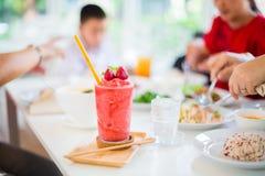 Secousse de Juice Strawberry sur la table blanche dans le restaurant image stock