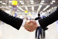 Secousse de main d'affaires avec la lumière de bokeh Image libre de droits