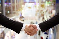 Secousse de main d'affaires avec les personnes brouillées Photo stock