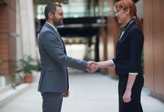 Secousse de main d'homme et de femme d'affaires Photo stock