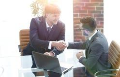Secousse de mains entre deux gens d'affaires réussis Image libre de droits