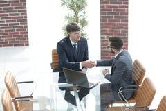 Secousse de mains entre deux gens d'affaires réussis Image stock