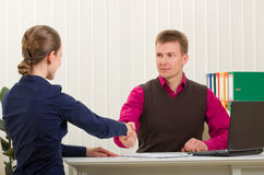 Secousse de mains entre deux gens d'affaires réussis Photographie stock