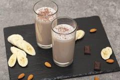 Secousse saine de prot?ine de chocolat avec du lait, la banane, le chocolat et les ?crous d'amande D?jeuner savoureux et sain photographie stock libre de droits
